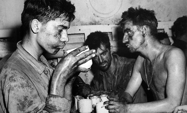 Amerikanska soldater dränker sina sorger i kaffe under andra världskriget.